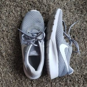 Women's Nike Tanjun Shoes - Size 8.5